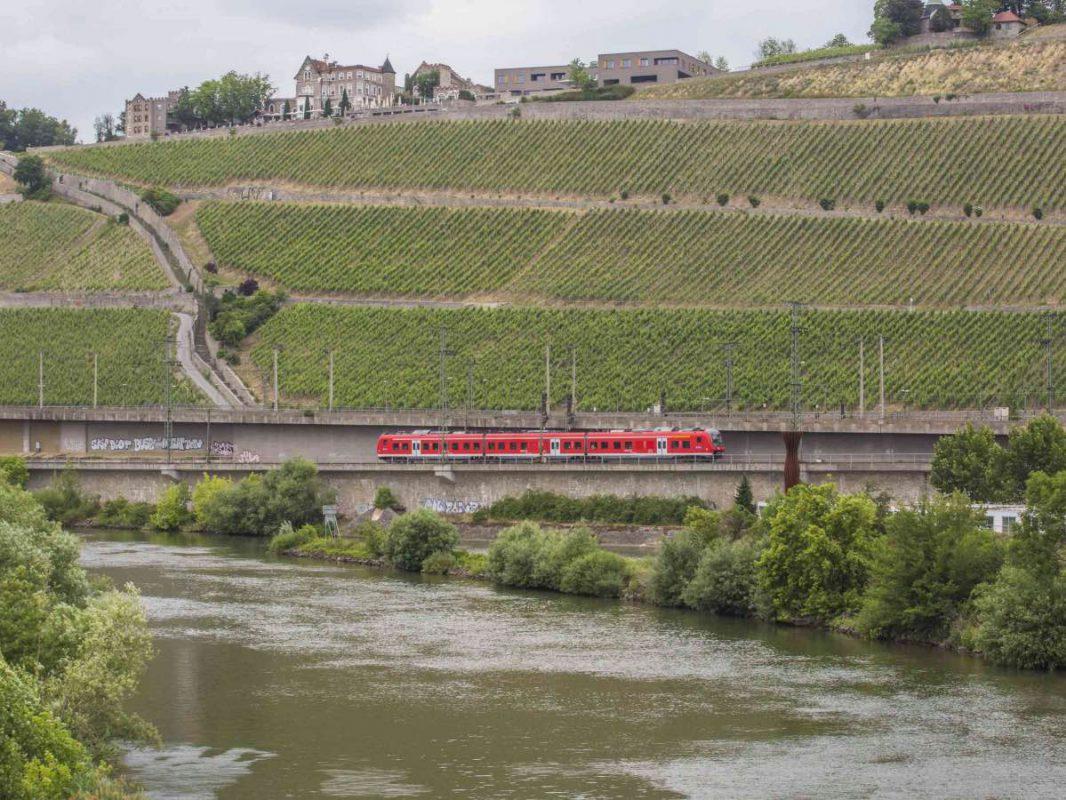 Mainfrankenbahn umrahmt vom Würzburger Stein und Main - Fotoquelle: DB Regio AG / David Stein