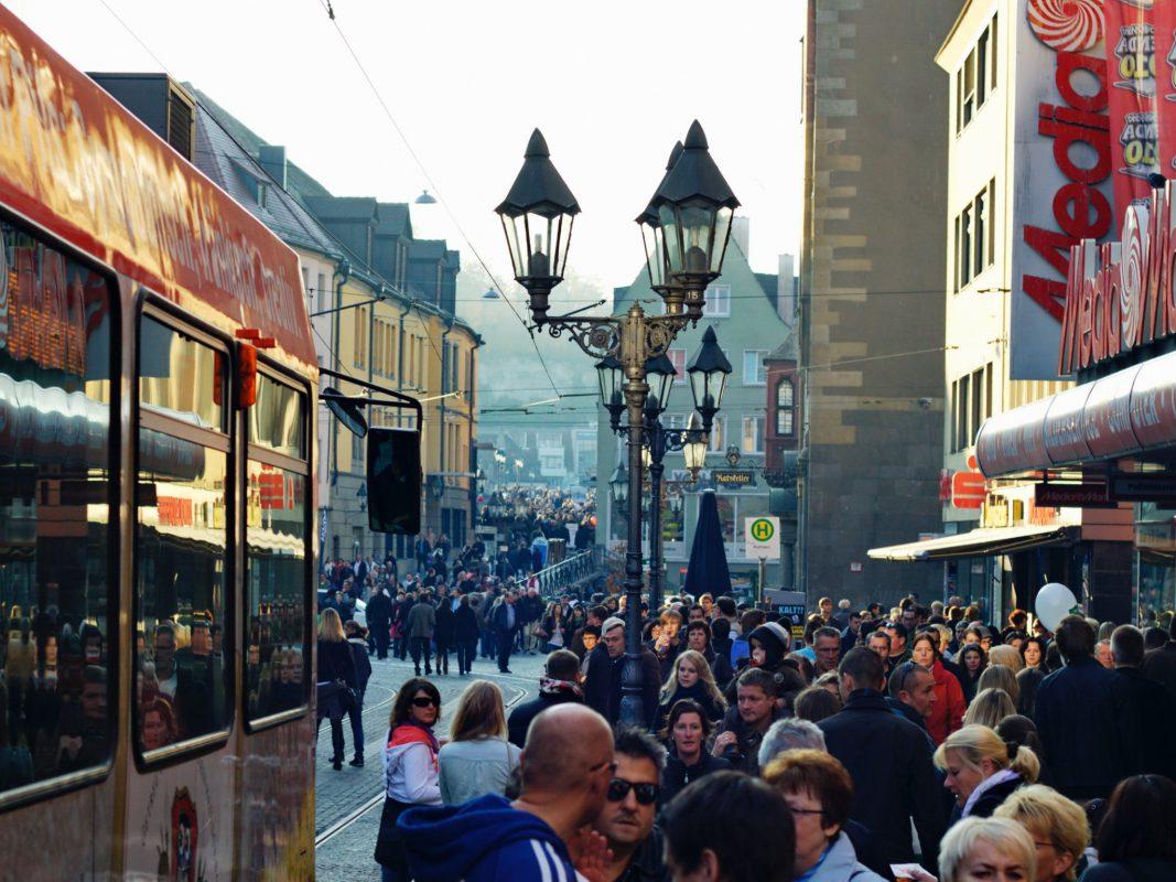 Der Mantelsonntag lockt zahlreiche Besucher nach Würzburg. Foto: Würzburg macht Spaß