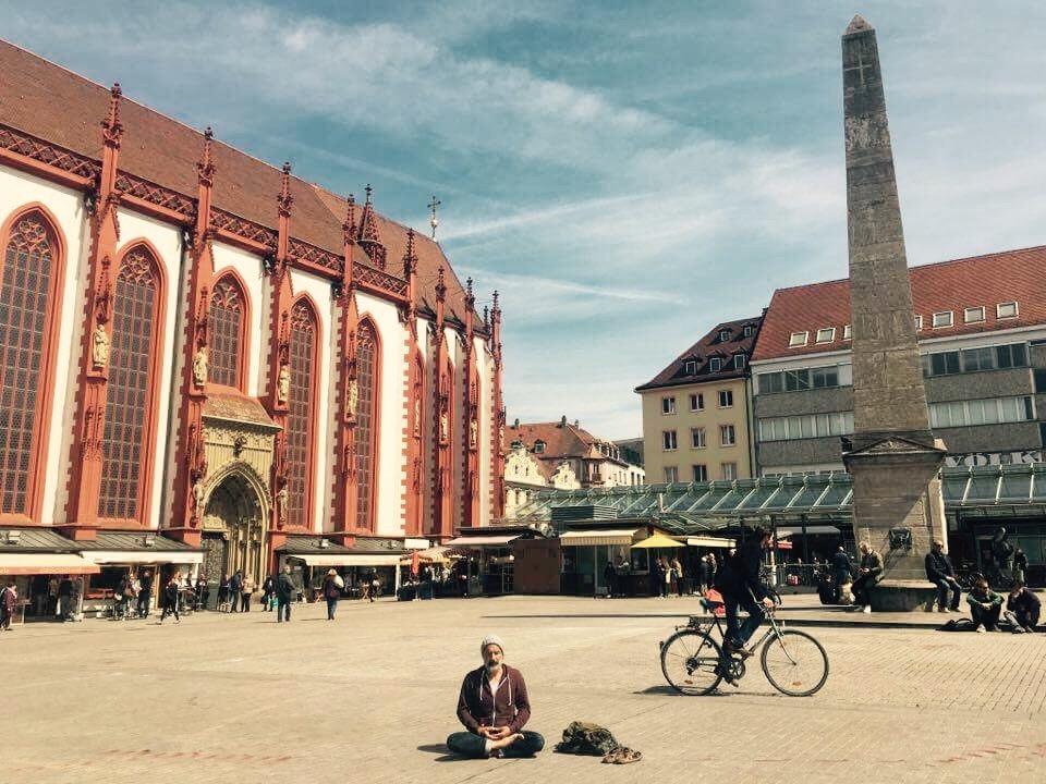 Erster Meditations-Flashmob auf dem Unteren Markt. Foto: Mirko Betz