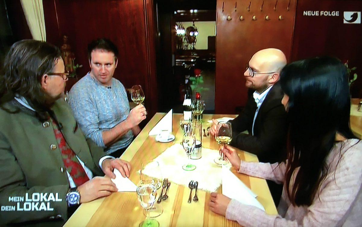 Christian kochte heute im Randersackerer Teufelskeller für seine Mitstreiter – und servierte erstklassigen Wein. Screenshot: Würzburg erleben