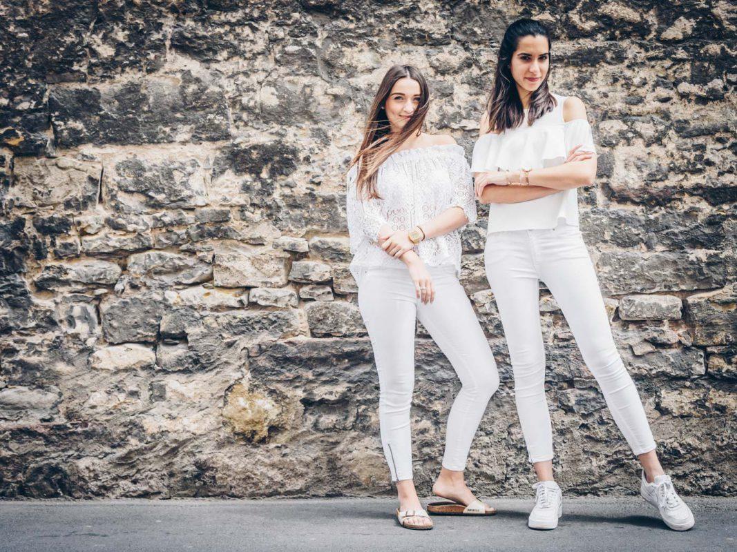 Stefanie und Meliz von Kopf bis Fuß in Weiß. Foto: Pascal Höfig
