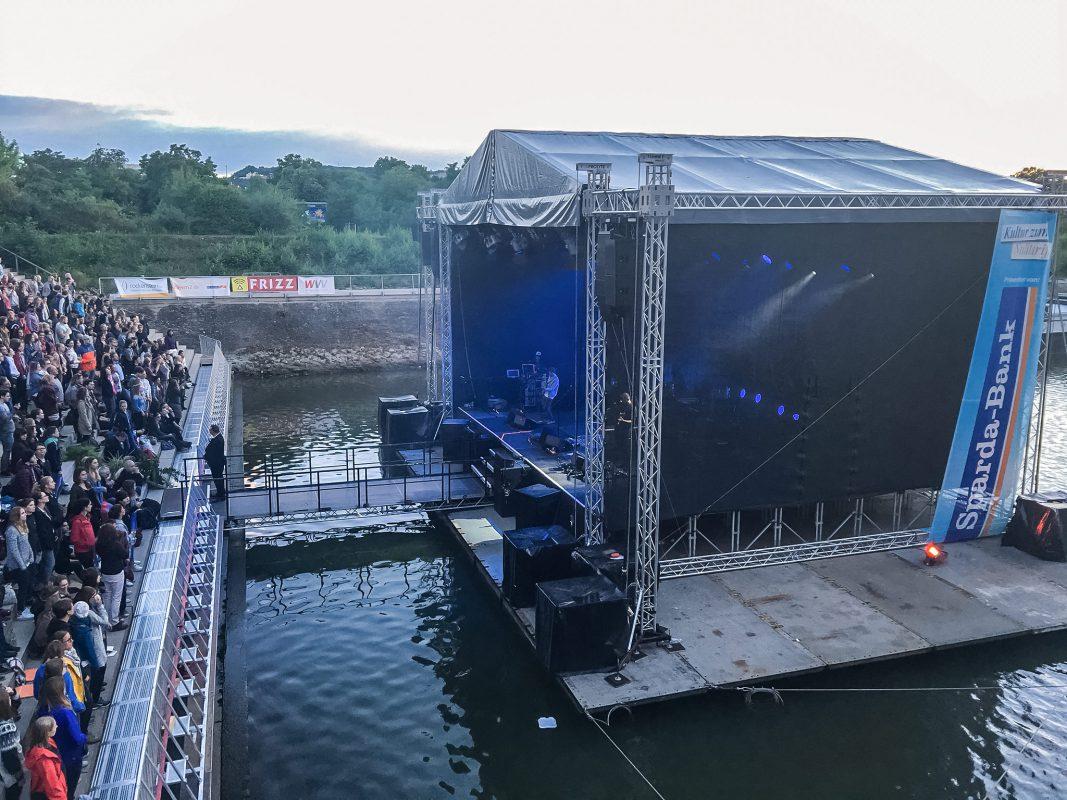 Die schwimmende Bühne des Würzburger Hafensommers. Foto: Frederik Löblein