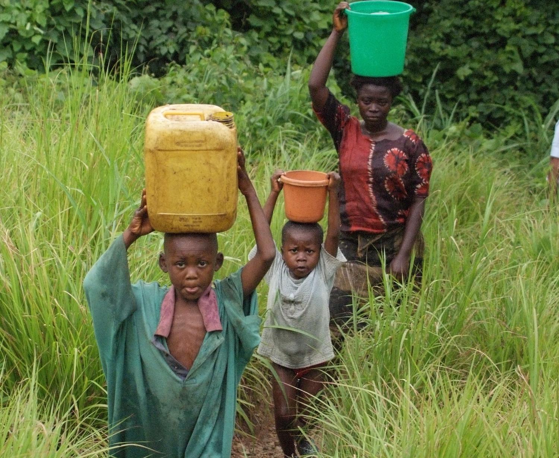 Das Trinkwasser auf der Insel Ijinga stammt direkt aus dem See. Foto: Enric Boixadòs