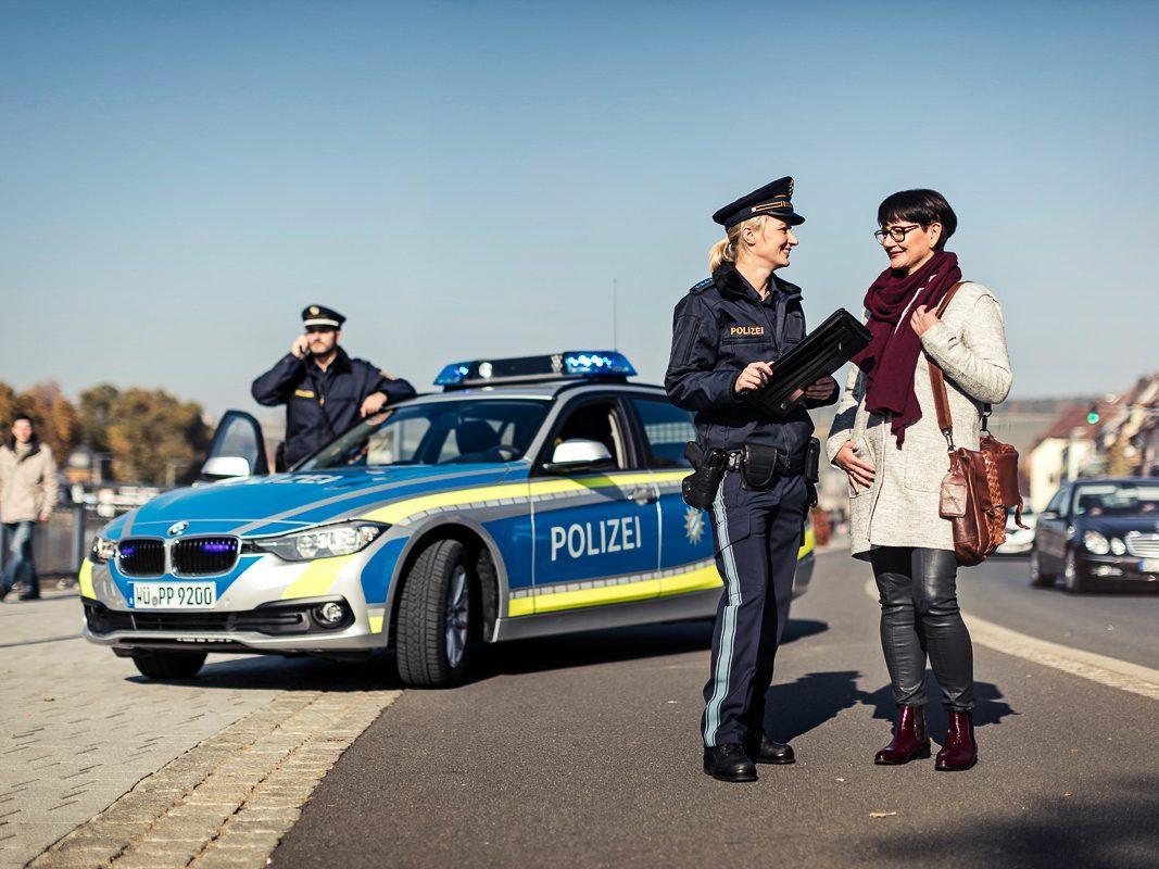 Macht sich gut vor dem neuen Streifenwagen - Foto: Marcel Mayer/Bayerisches Staatsministerium des Innern, für Bau und Verkehr