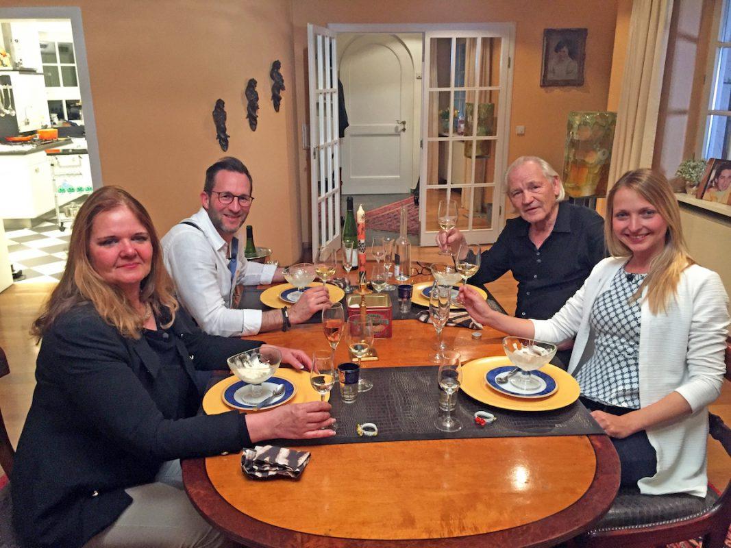 Die unterfränkische Dinnerrunde zu Gast bei Julius. Foto: VOX / ITV Studios