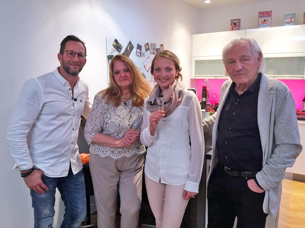 Die Dinner-Runde: Sascha, Gastgeber an Tag 4, Theresia, Marion und Julius. Foto: VOX / ITV Studios