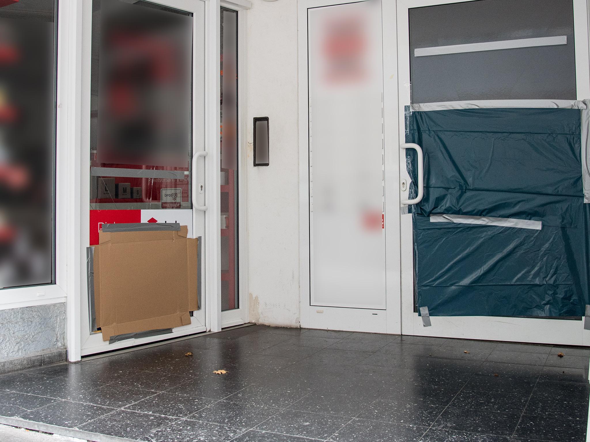 Unbekannte hatten die Eingangstüren eines Mehrfamilienhauses in der Peterstraße eingetreten. Foto: Pascal Höfig