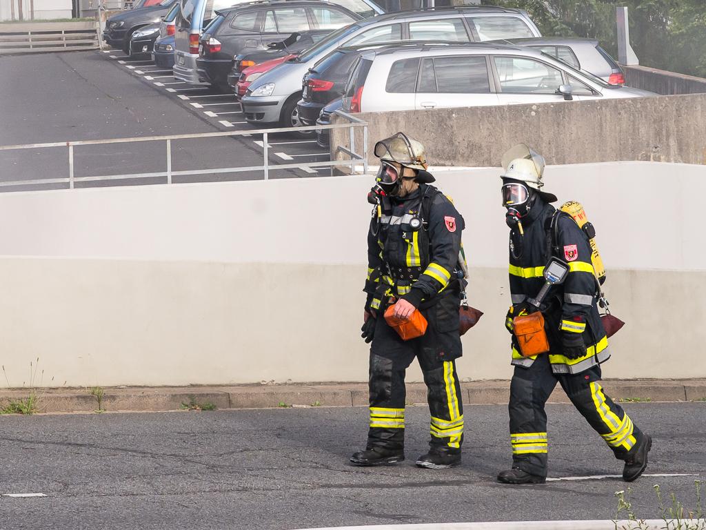 Einsatzkräfte der Feuerwehr nach einem Brand am Heuchelhof. Foto: Pascal Höfig