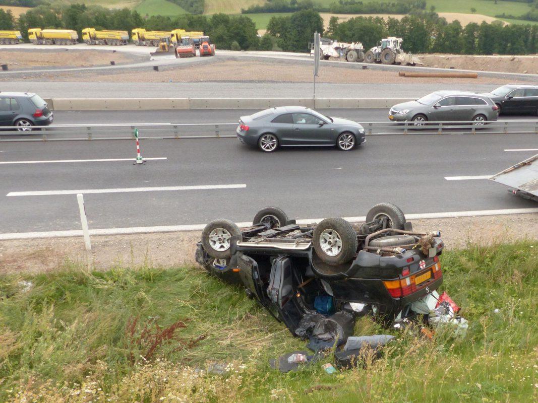 Der SUV überschlug sich und blieb total beschädigt auf dem Dach neben dem Einfädelungsstreifen liegen.