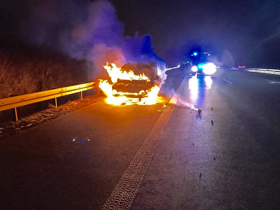 Das Fahrzeug brannte lichterloh auf der A7 zwischen der AS Estenfeld und AS Gramschatz - Foto: Feuerwehr Estenfeld
