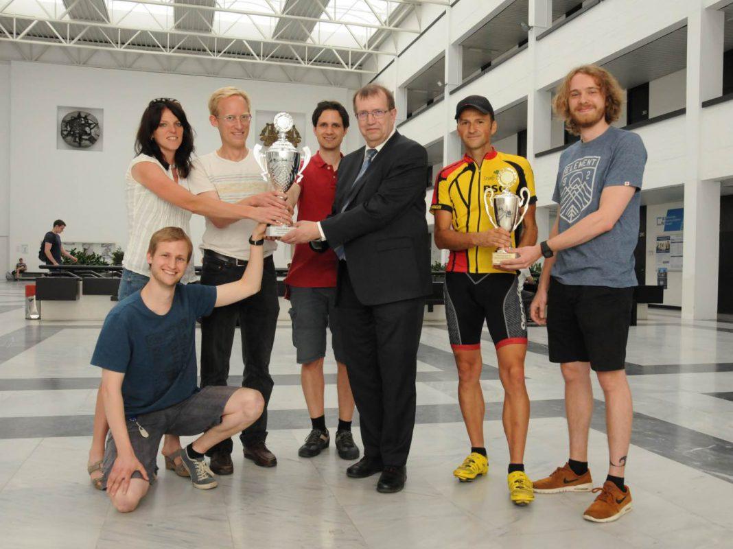 Das strahlende Sieger-Team beim Residenzlauf 2017. In der Mitte der neue, rechts der alte Pokal. Foto: Gunnar Bartsch