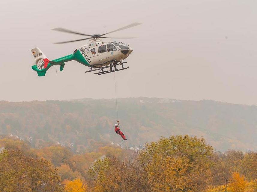 Die Höhenretter der Berufsfeuerwehr Würzburg bei einer Übung mit der Hubschrauberstaffel der Polizei. Archivfoto: Pascal Höfig