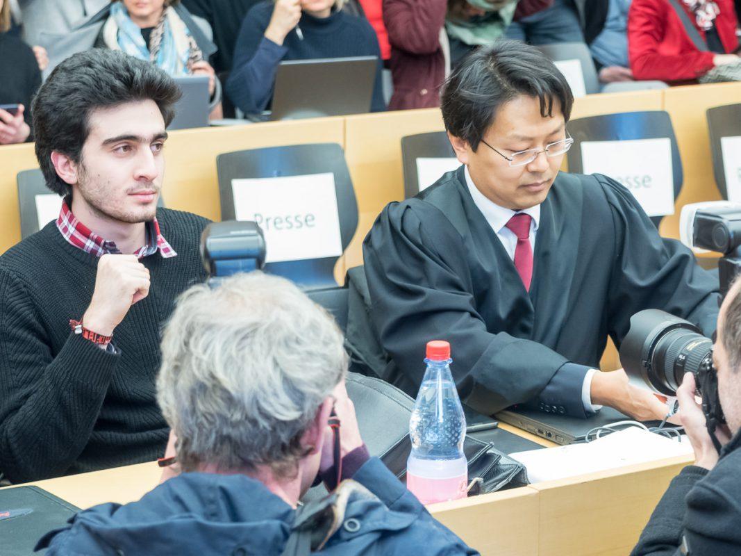 Anas Modamanis und sein Anwalt Chan-jo Jun vor dem Würzburger Landgericht - Foto: Pascal Höfig