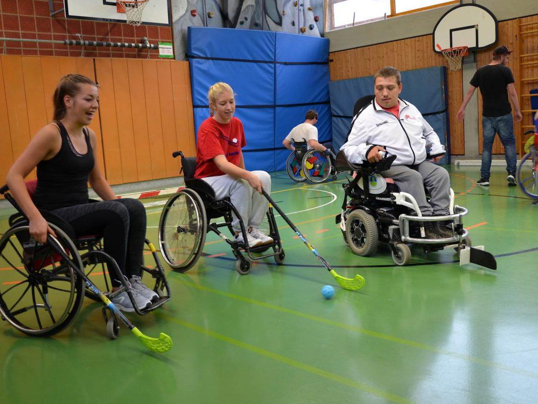 Sport verbindet – Klara Albert und Nina Rolfs hatten beim Rollstuhlhockey mit Sven Haas viel Spaß. Foto: NoLimits!