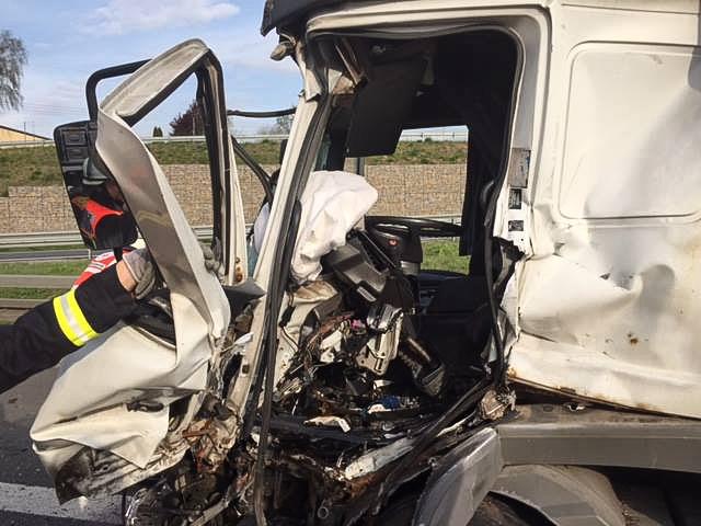 Der Vorderbau des LKW war sehr stark eingedrückt. Der Fahrer wurde eingeklemmt. Foto: Freiwillige Feuerwehr Rottendorf