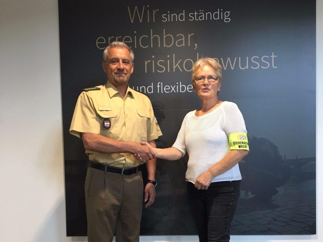 Der Chef der Polizeiinspektion Würzburg-Stadt, Ltd. Polizeidirektor Walter Ehmann dankt Daniela Schestak. Foto: Polizeiinspektion Würzburg-Stadt.