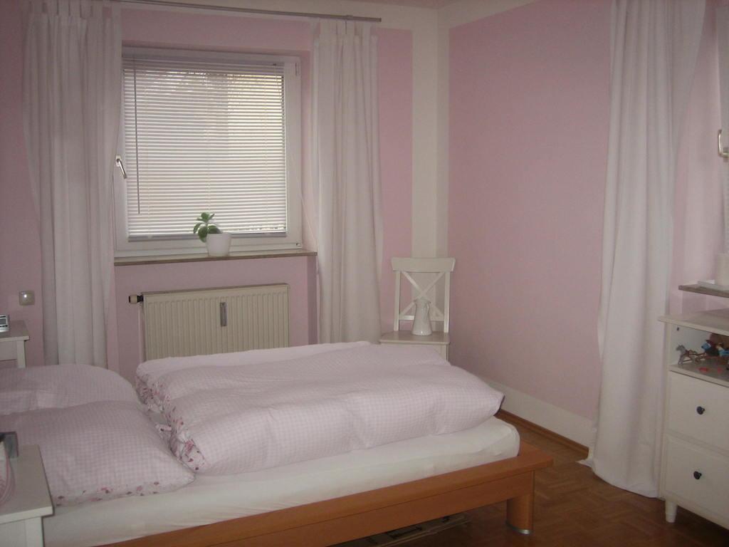 Im Schlafzimmer steht ein großes Bett und ein Kleiderschrank - Foto: Karin Martin