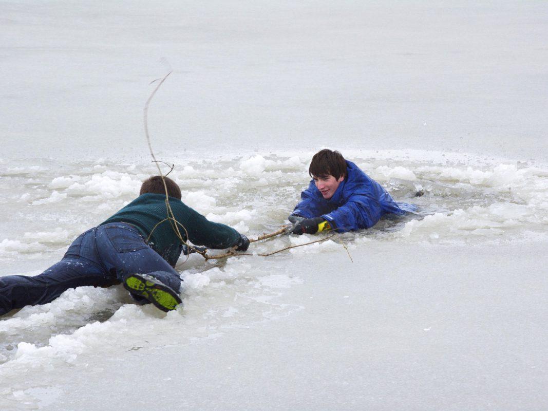 Selbstrettung: Die Arme über das Eis ausbreiten und sich langsam in Richtung Land auf das Eis schieben - Foto: DLRG