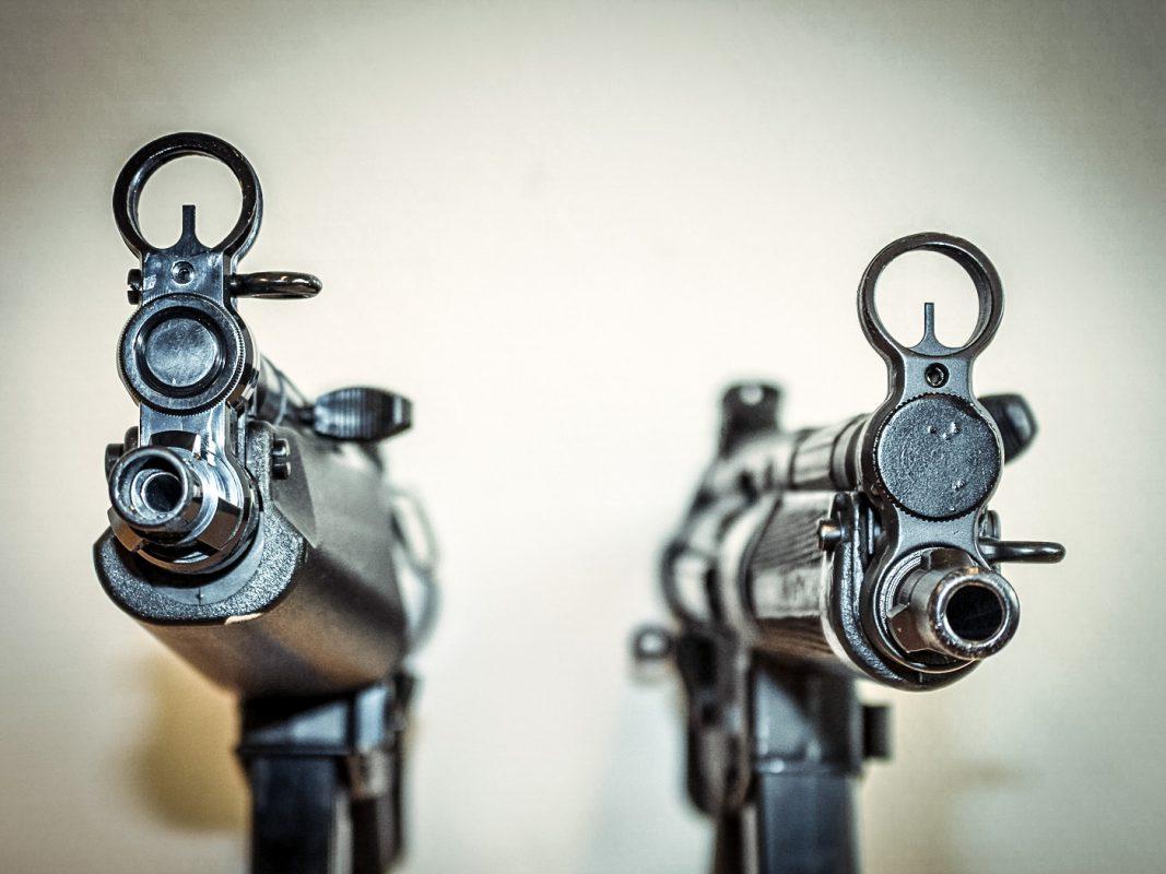 Von welcher Waffe droht Lebensgefahr? Vergleich von Anscheinswaffe (links) und echter Maschinenpistole (rechts) mit Blick auf die Mündung. Foto: Polizei