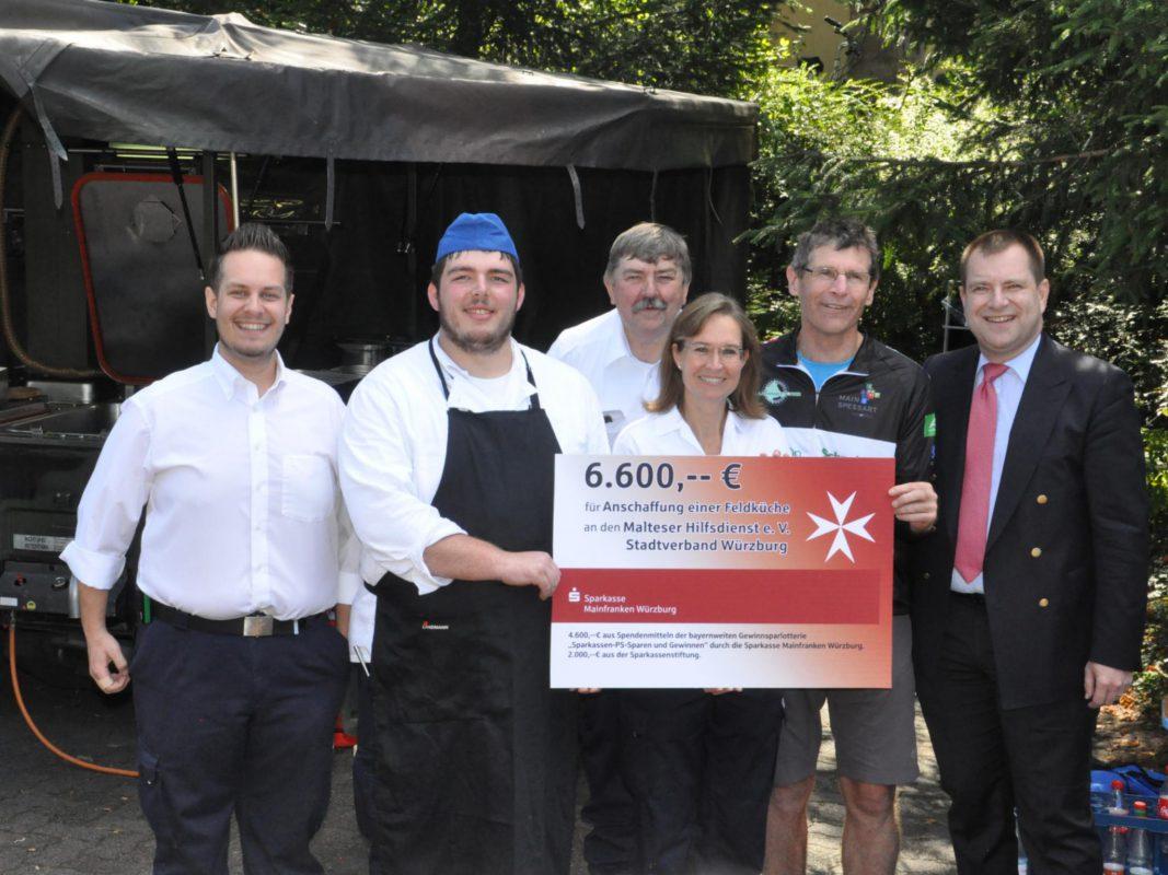 Große Freude bei den Maltesern über die großzügige Unterstützung der Sparkasse Mainfranken bei der Anschaffung der neuen Feldküche. Foto: Malteser/Christina Gold