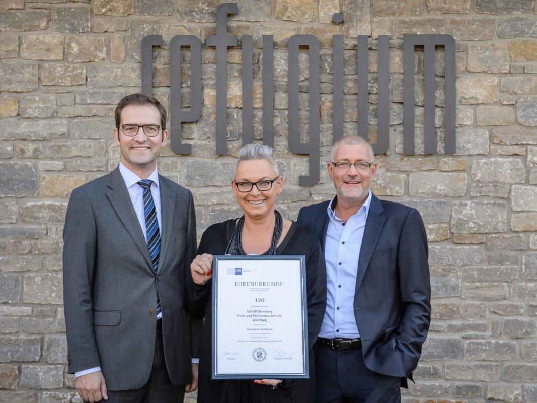 Kerstin und Lothar Bezold (rechts) nahmen die Urkunde zum 120-jährigen Jubiläum der Steinburg aus den Händen von Max-Martin W. Deinhard (links) entgegen. Foto: xtrakt Verlag / Ferdinand Elfert