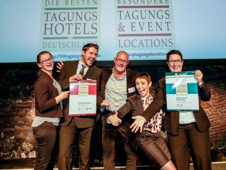 Steinburg-Inhaber Lothar Bezold (Mitte) freute sich zusammen mit Mitarbeitern über die beiden Auszeichnungen. I Foto: Schlosshotel Steinburg