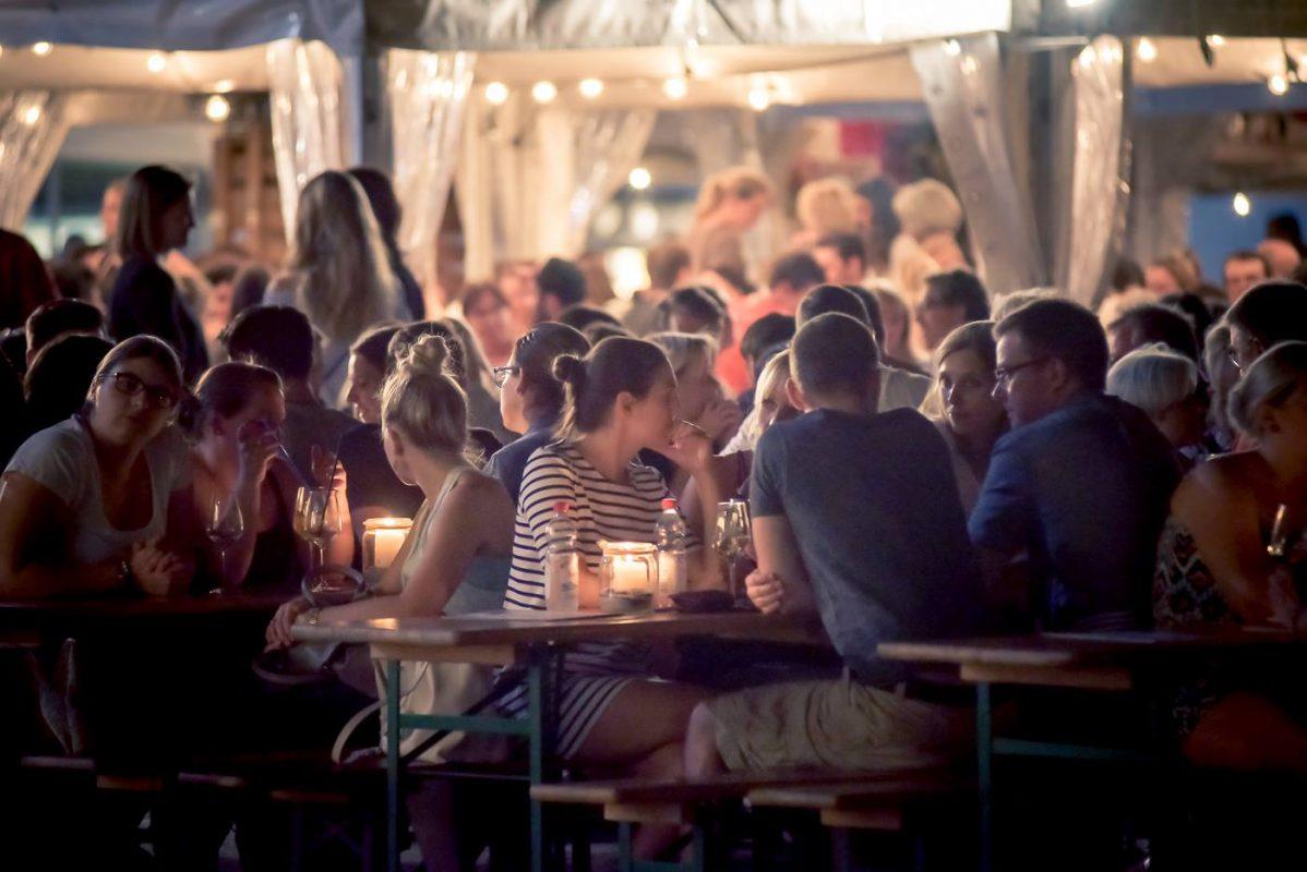 Flirten mit Wein auf dem Weindorf. Foto: Pascal Höfig