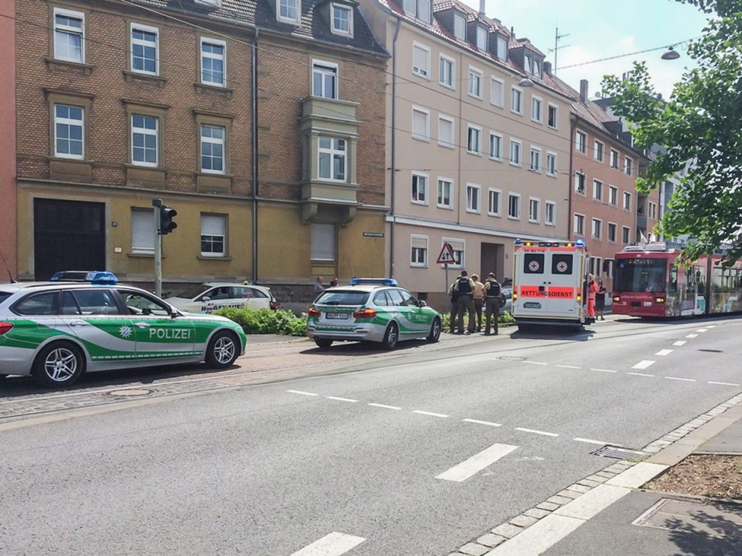 Am Donnerstagvormittag kam es in der Virchowstraße zu einem Verkehrsunfall zwischen einer Straßenbahn und einem Pkw. Foto: Anna G.