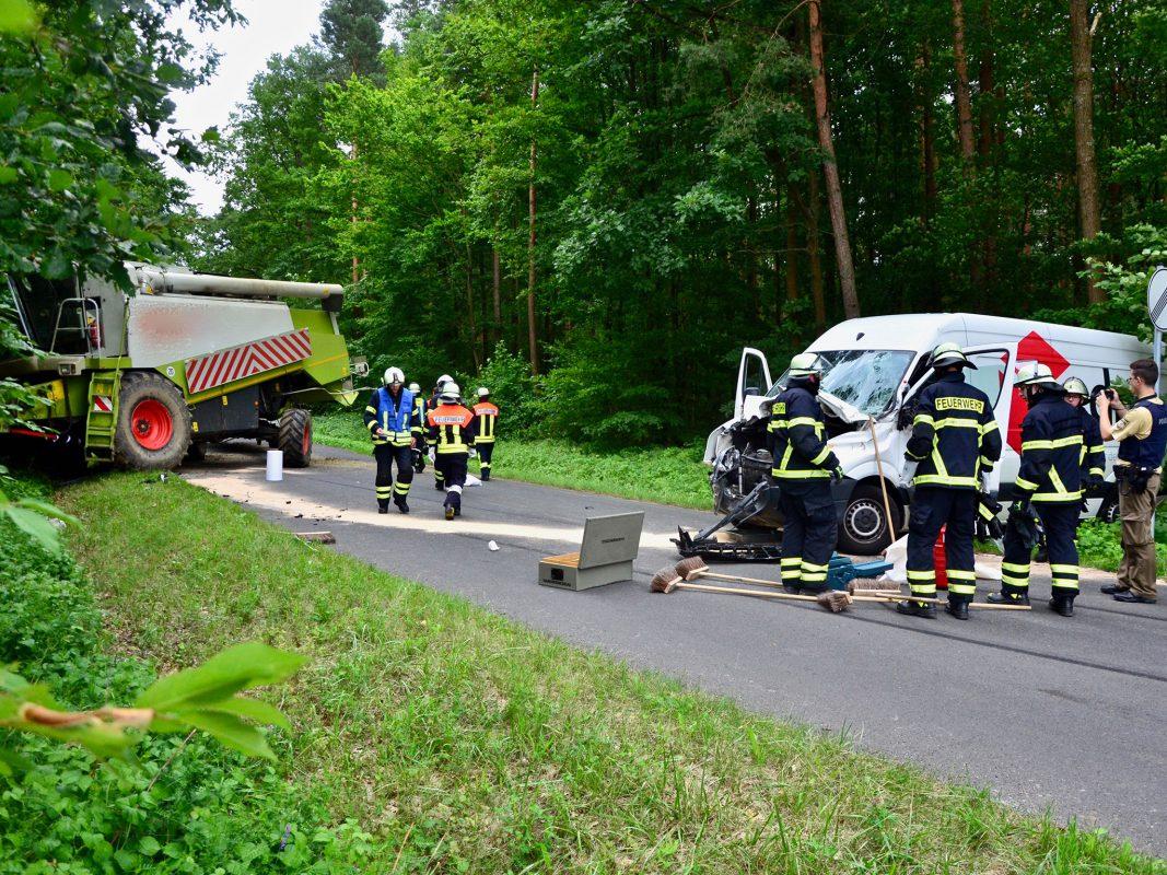 Der Kleintransporter krachte in der Mähdrescher. Foto: Moritz Hornung, FF Volkach