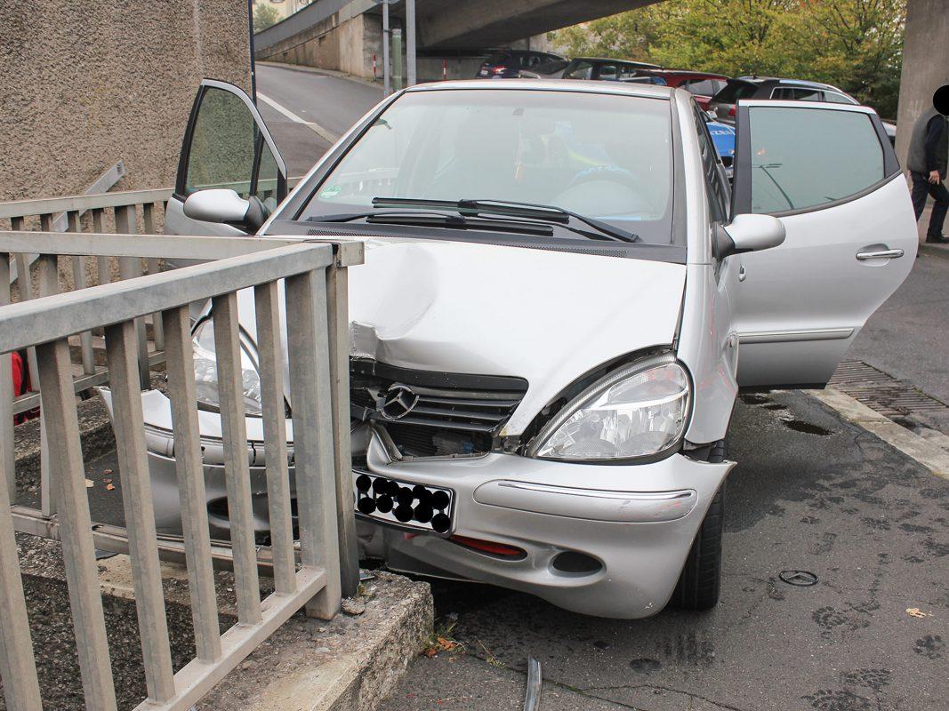 Der Mercedes prallte in das Geländer einer Fußgängerunterführung. Foto: Polizei