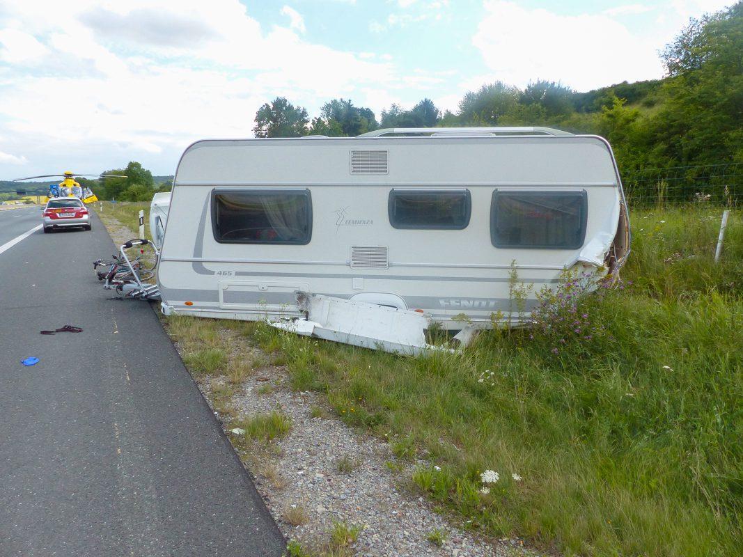 Bei einem schweren Verkehrsunfall auf der A3 bei Waldbrunn wurden fünf Personen zum Teil schwer verletzt. Foto: Polizei