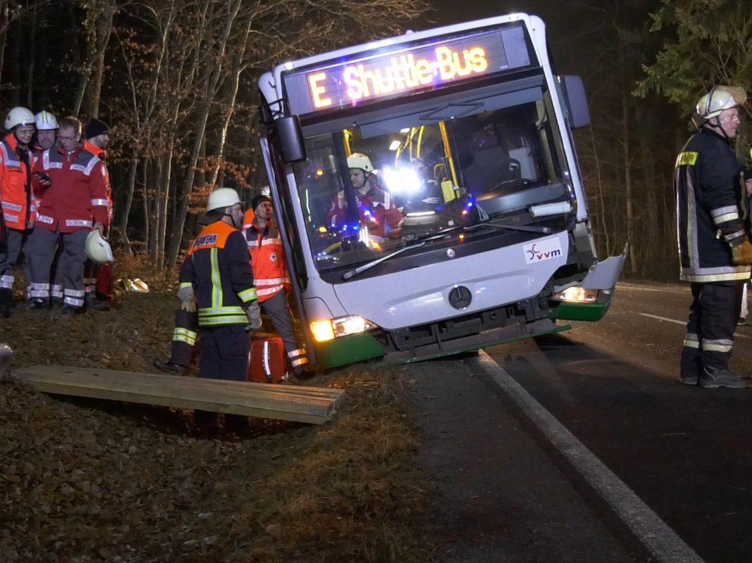 Ein Skoda war bei einem Überholvorgang mit dem Bus und einem entgegenkommenden Ford kollidiert - Foto: Pascal Höfig