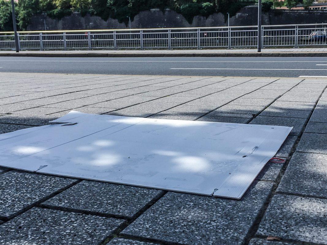 Ein Wahlplakat am Boden. Foto: Pascal Höfig