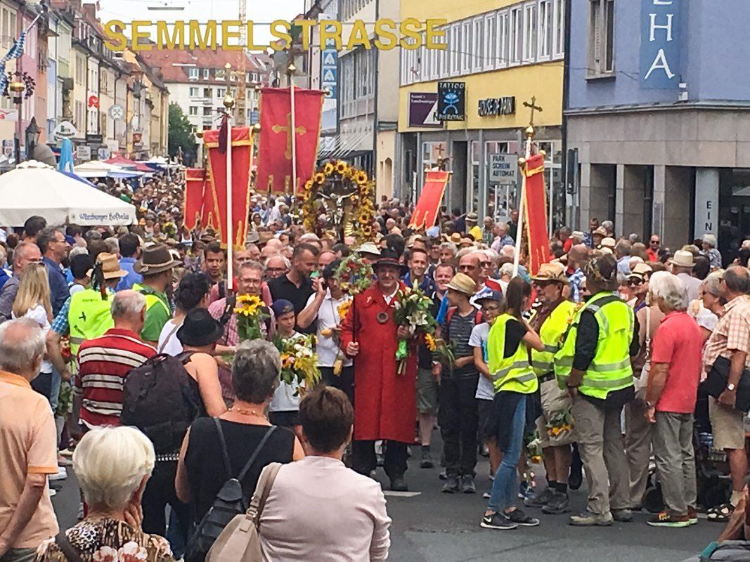 Die Kreuzbergwallfahrer bei ihrer Ankunft in der Semmelstraße. Foto: Melissa Schnabel