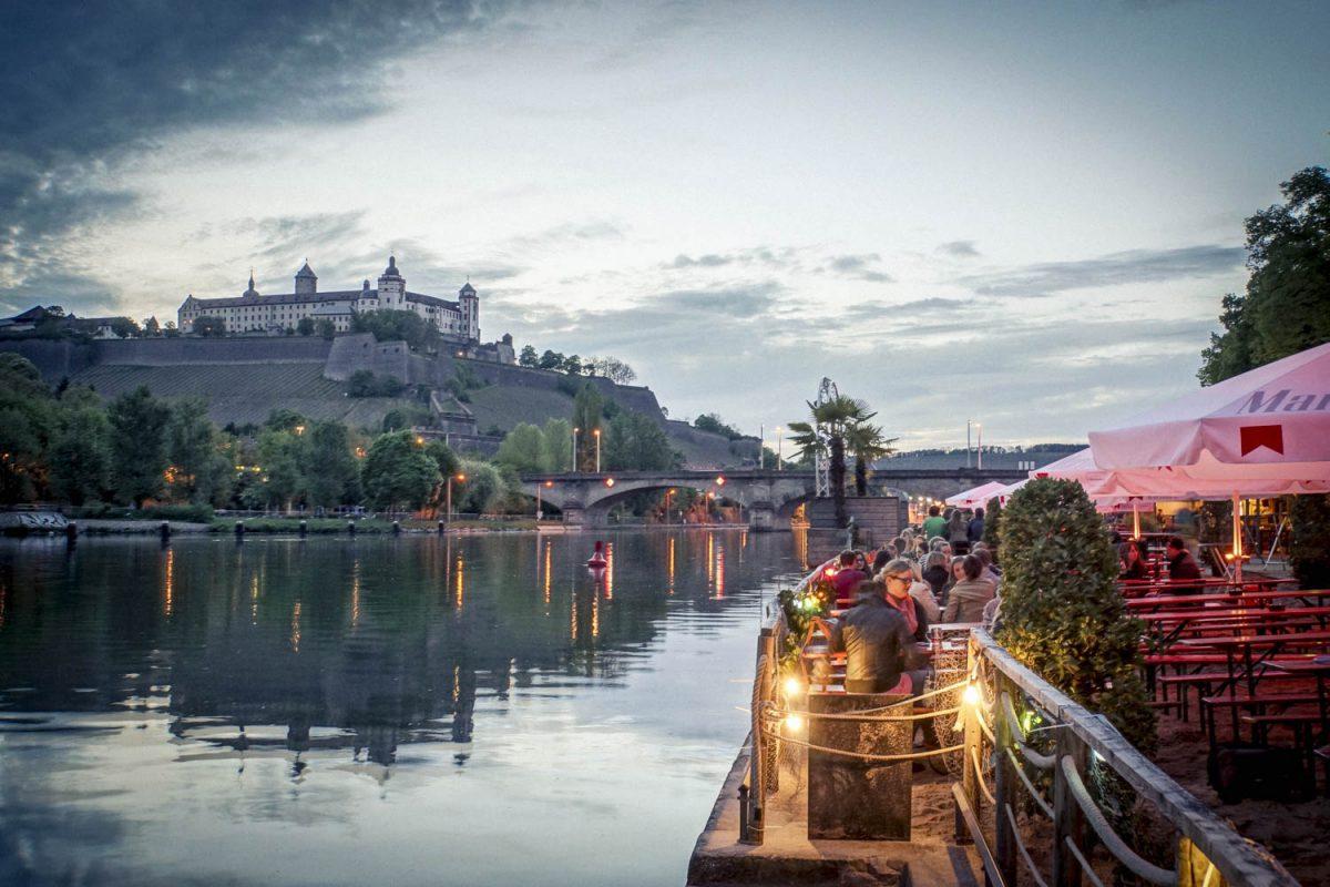 Wolkenspiel über Festung und Weinstrand. Foto: Dominik Ziegler