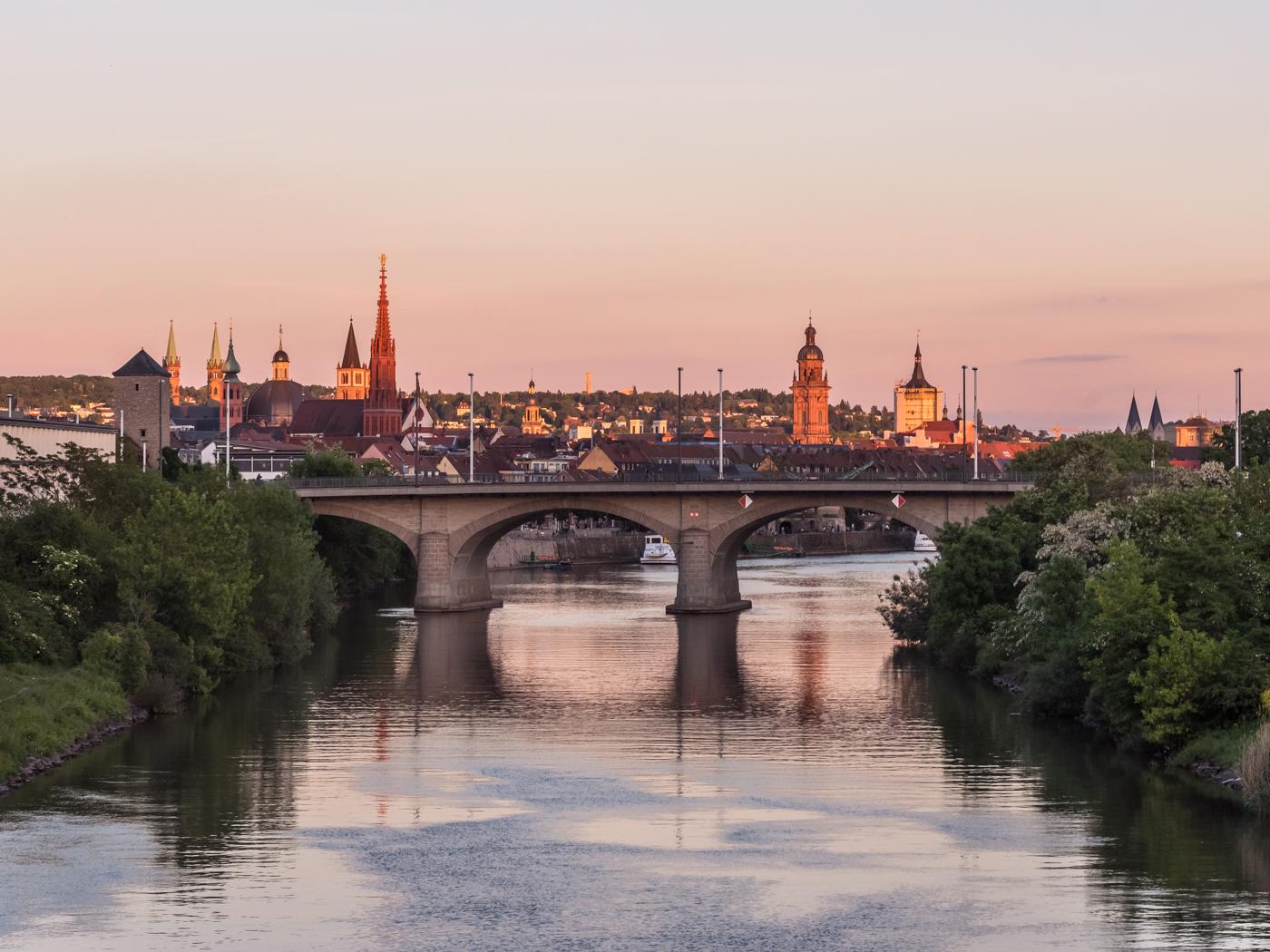 Blick auf die Friedensbrücke und die Stadt Würzburg. Foto: Pascal Höfig