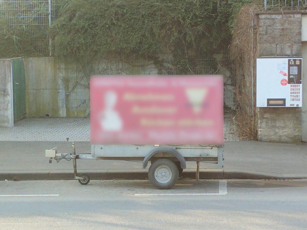 Häufig zu sehen: Anhänger mit Werbebotschaften werden auf Parkplätzen abgestellt. - Foto: Christian Papay