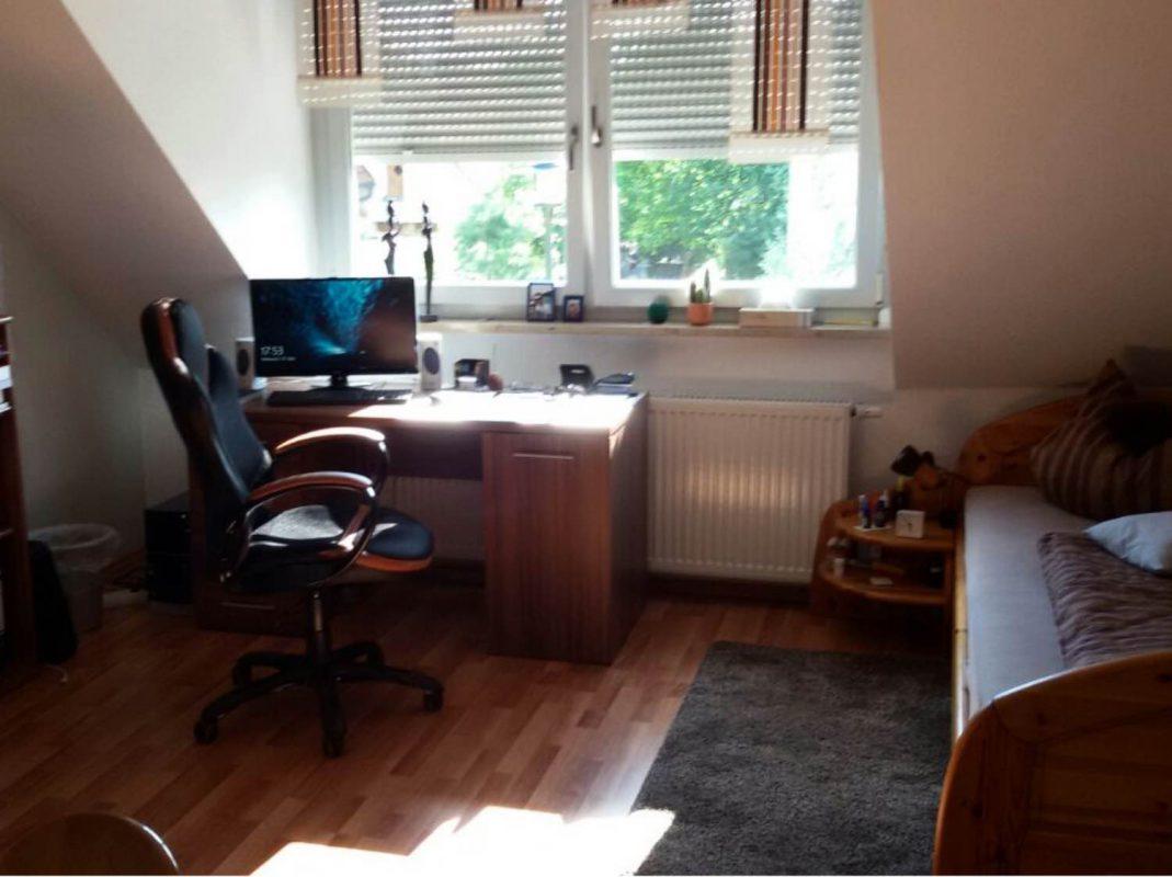 Das Zimmer mit gemütlicher Dachschräge steht unmöbliert zur Verfügung. Foto: Marcel Krumrein