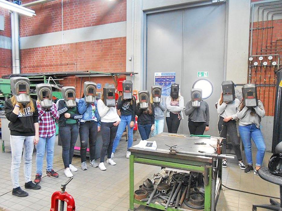 Im Labor zeigte Günter Frey den Mädchen das Schweißen. Foto: FHWS