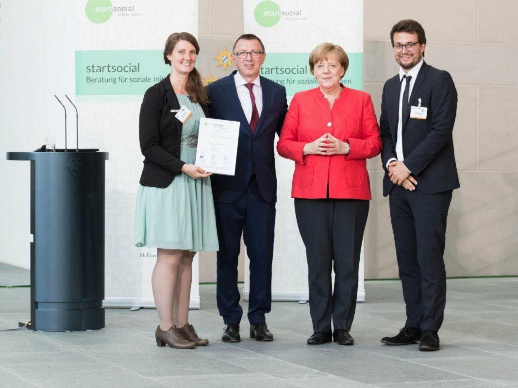 Preisverleihung start social e.V durch Bundeskanzlerin Angela Merkel, Juni 2017. Foto: integrAIDE