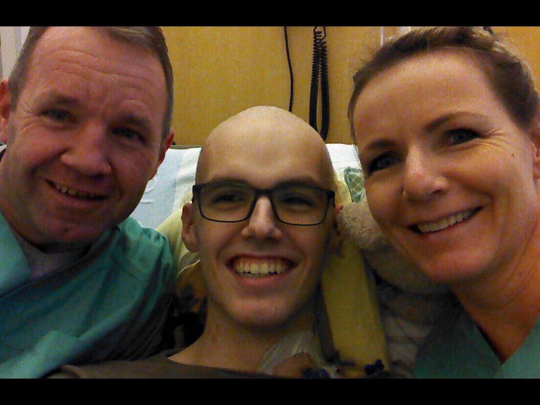 Lucas im Krankenbett mit seinen Eltern. Foto: Privat
