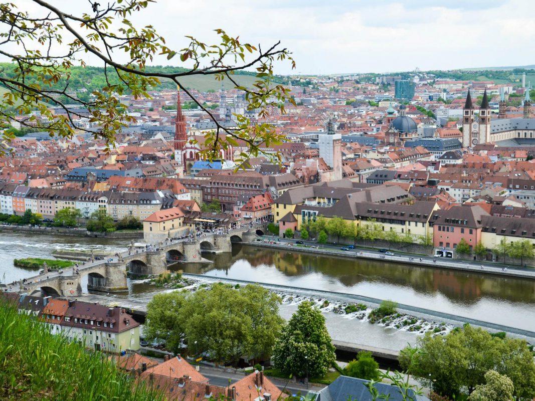 Die alte Mainbrücke in Würzburg. Foto: Frederico Bossone