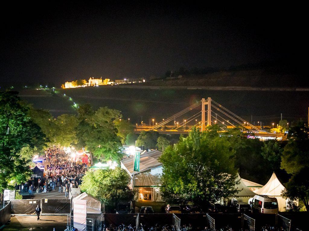 Das Umsonst&Draußen-Festival findet jedes Jahr unter freiem Himmel auf den Mainwiesen in der Zellerau statt. Foto: Pascal Höfig