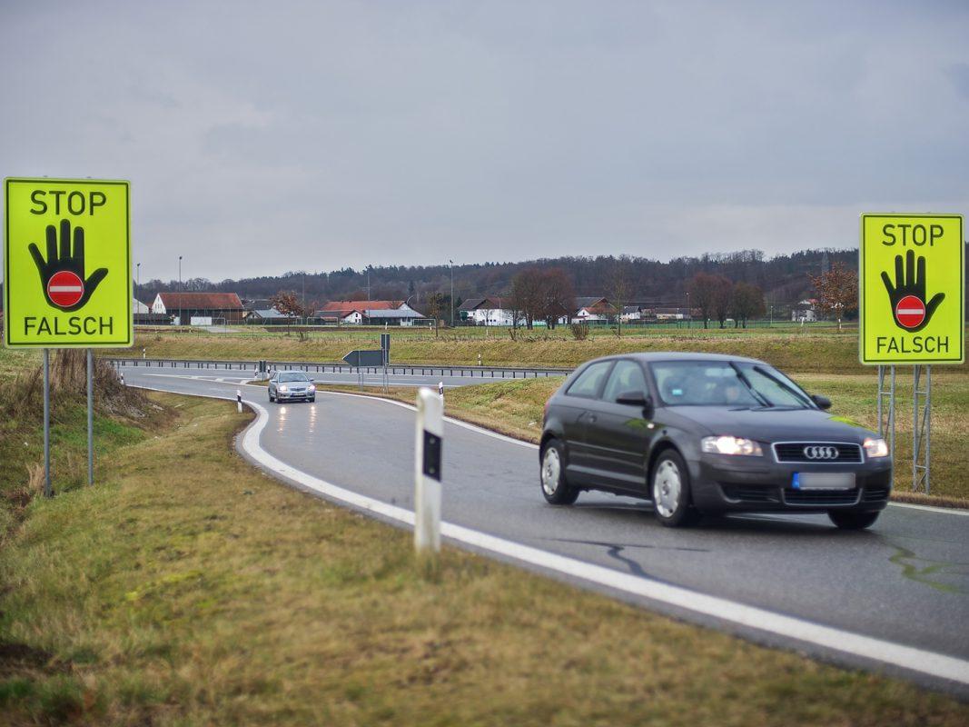 Leuchtend gelbe Warntafeln sollen Autofahrer schützen. Foto: ADAC