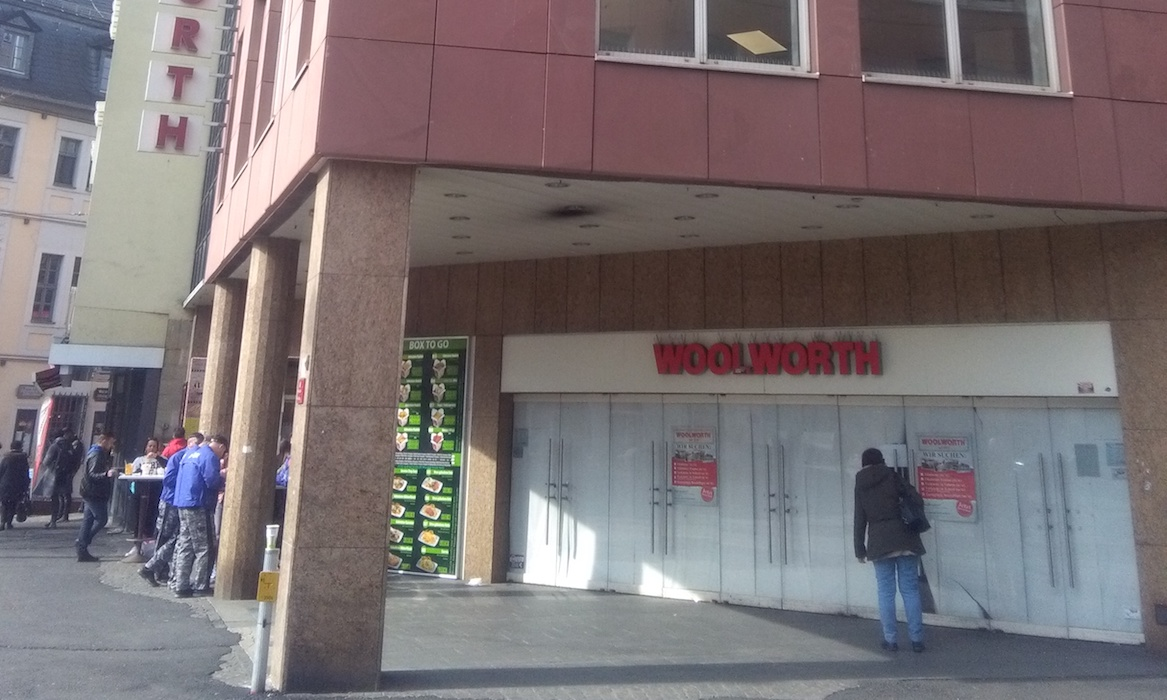 Vor verschlossenen Türen: Woolworth wird diesen und nächsten Monat umgebaut. Foto: Jessica Wille