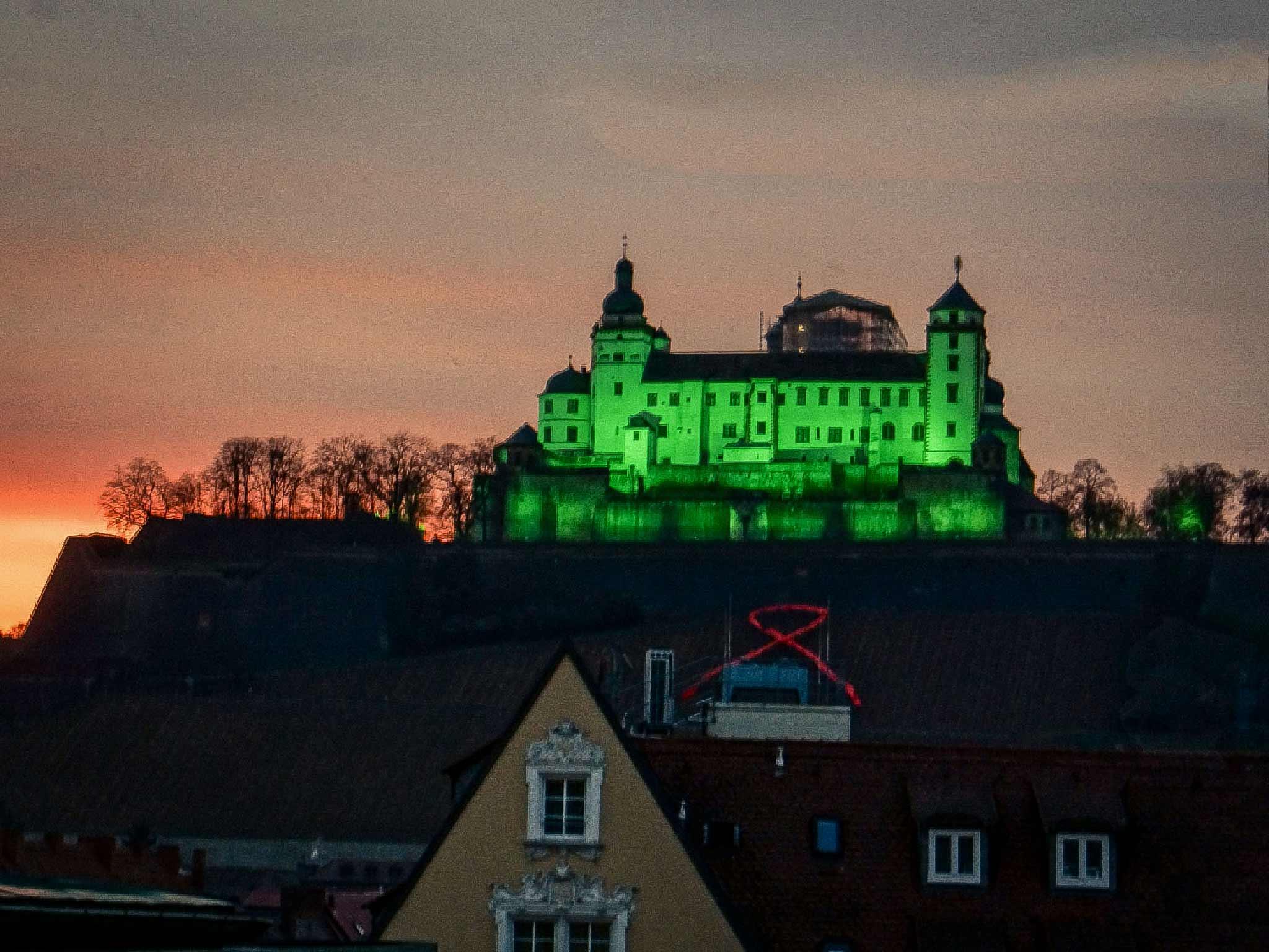 Festung Marienberg in grünem Licht als Zeichen gegen die Todesstrafe. Foto: Dominik Ziegler