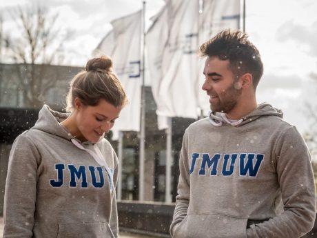 Anna und Matze tragen den stylischen Campus Hoodie. Foto: Pascal Höfig