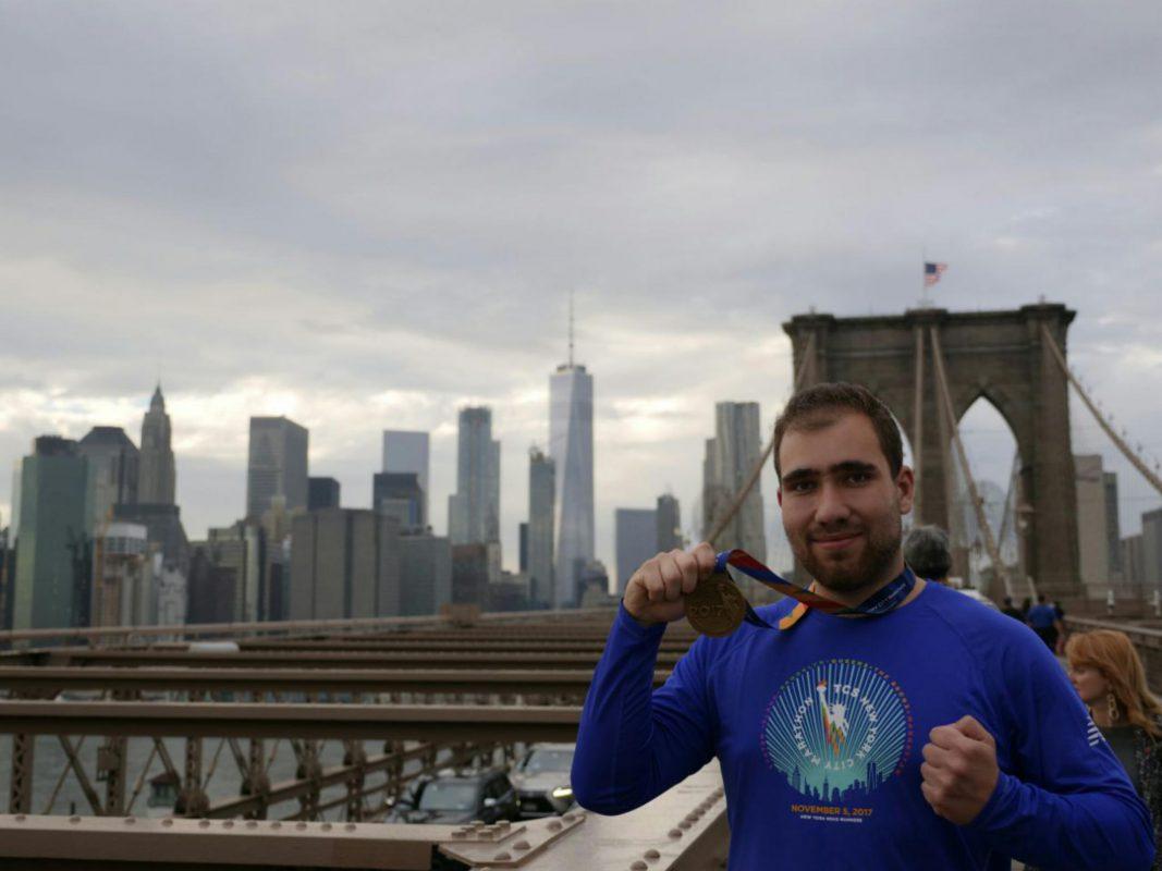 Denis Hepbasli zeigt stolz seine Medaille vom New York Marathon. Foto: Gianfranco Leandrin