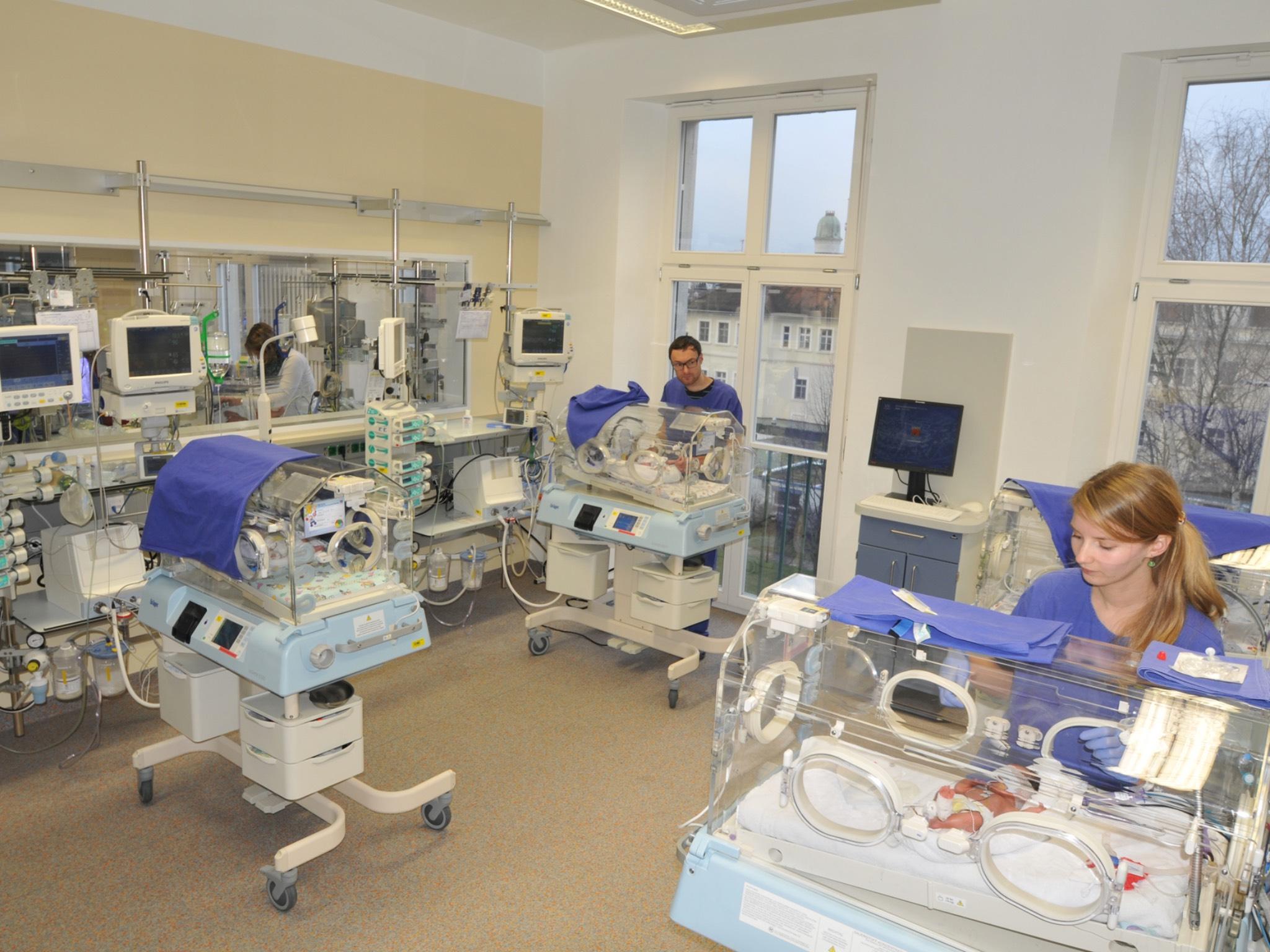 Die vor rund drei Jahre komplett umgestaltete neonatologische Intensivstation der Kinderklinik. Foto: Universitätsklinikum Würzburg