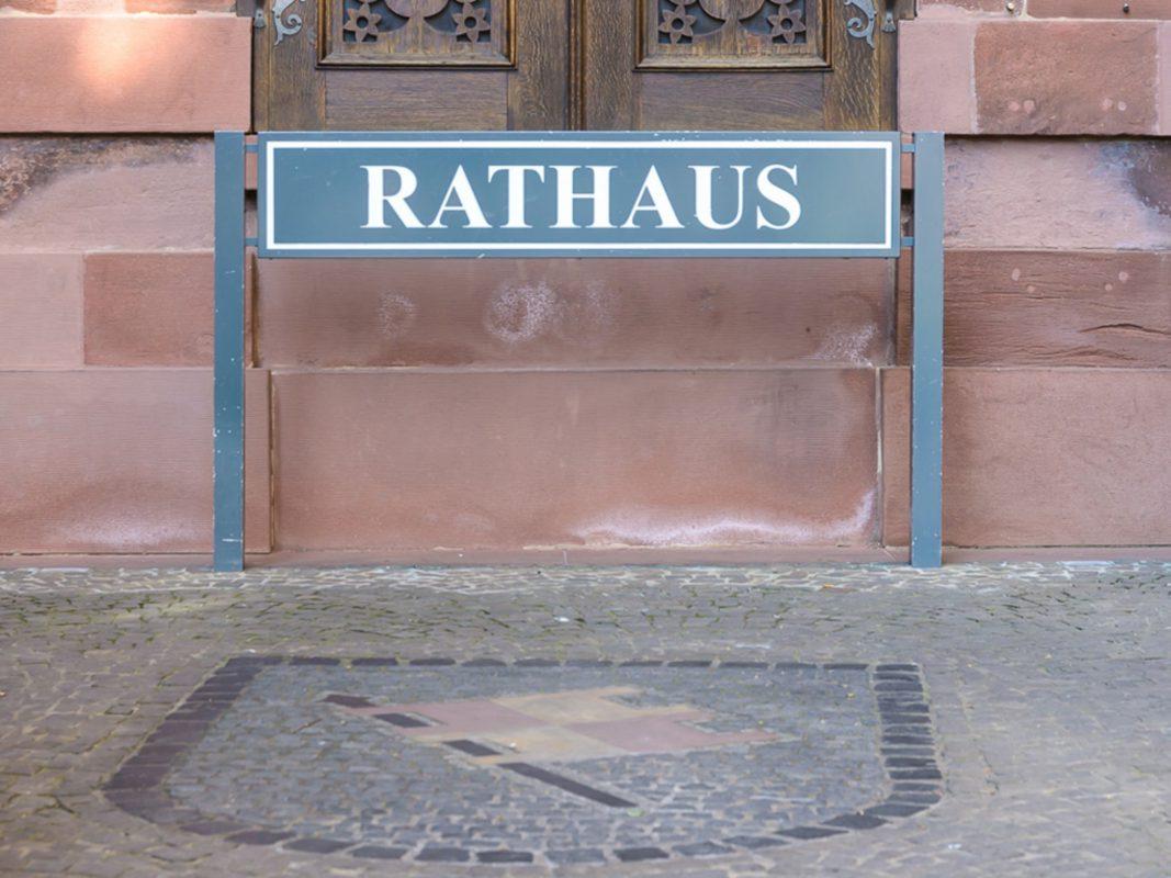 Rathaus mit Stadtwappen. Foto: Pascal Höfig